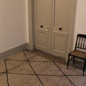 dealeuse-boutique-decoration-mobilier-luminaires-luminaire-vases-vase-lampes-lampe-tapis-berbere-gris-taupe-losange-motif-paris